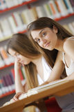 Studenten in einer Bibliothek Lizenzfreie Stockbilder