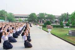 Studenten in einer Schule wird Verbeugung vor Staffelung gemacht Die Statue von König Rama 8 Dass sie respektierten lizenzfreie stockfotos