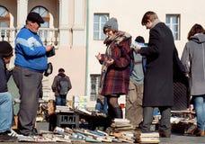 Studenten en bezoekers van de openluchtboekmarkt die oude volumes kopen Stock Afbeelding