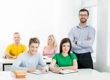 Studenten en de leraar in een klaslokaal Stock Foto