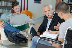 Studenten en leraar in bibliotheek royalty-vrije stock afbeelding