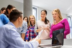 Studenten en leraar met documenten en laptop stock afbeelding