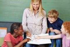 Studenten en leraar met notitieboekje Royalty-vrije Stock Foto