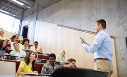 Studenten en leraar met tabletpc bij lezing Stock Afbeeldingen