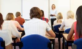 Studenten en privé-leraar in klasse Royalty-vrije Stock Fotografie