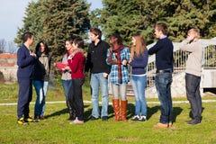 Studenten entspannen ein sich lizenzfreie stockbilder