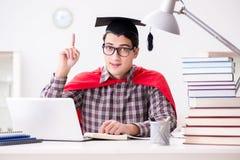 Studenten för toppen hjälte som bär en akademikermössa som studerar för examina Arkivbilder