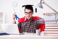 Studenten för toppen hjälte som bär studera för akademikermössa Arkivbild