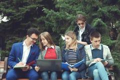 Studenten förbereder sig för grupper Royaltyfri Foto