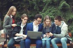 Studenten förbereder sig för grupper Fotografering för Bildbyråer