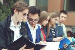 Studenten förbereder sig för grupper Royaltyfri Fotografi