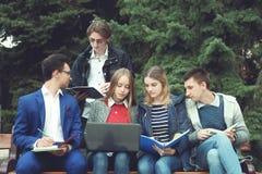 Studenten förbereder sig för grupper Royaltyfria Foton