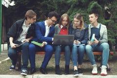 Studenten förbereder sig för grupper Arkivbild