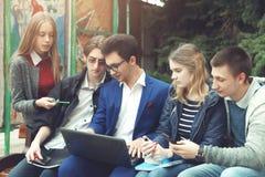 Studenten förbereder sig för grupper Arkivfoto