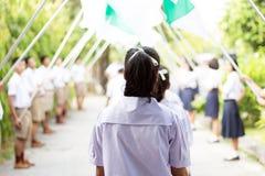 Studenten führen die Flagge der Ehre am Graduierungstag stockfotos