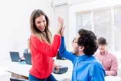 Studenten, Frau und Mann, Hoch fünf gebend Stockbilder