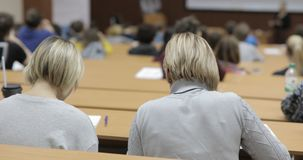 Studenten geinteresseerd in het luisteren lezing in het amfitheater - schuifspruit stock footage