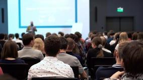 Studenten geinteresseerd in het luisteren lezing in de conferentiezaal