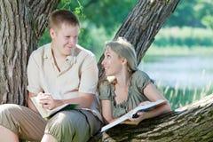 Studenten gelezen boeken Stock Fotografie