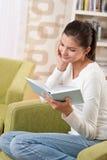 Studenten - Gelukkige tiener met boek Royalty-vrije Stock Foto's