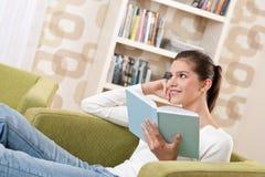 Studenten - Gelukkige tiener met boek Royalty-vrije Stock Afbeelding