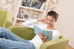 Studenten - Gelukkige tiener met boek Stock Afbeelding