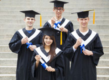 studenten in graduatietoga's op universitaire campus Stock Afbeelding
