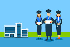 Studenten-Group Graduation Gown-Griff-Buch-Papier-Diplom Sertificate, Universitäts-Buiding-Hintergrund Lizenzfreies Stockfoto