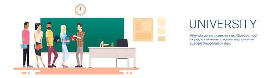 Studenten-Group Over Chalkboard-Hochschulbildung Lizenzfreie Stockfotografie
