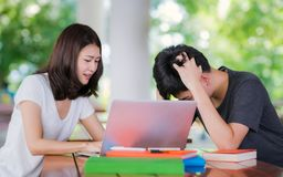 Studenten handleder undervisar hennes vän för examinatuin i ut dörrli arkivfoto