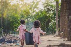 Studenten helfen, Abfall vom Klassenzimmer zu entfernen, um Abfall anzuhäufen Stockfoto