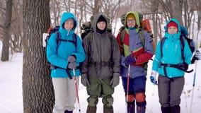 Studenten het gaande kamperen De jongeren houdt van extreme rust stock videobeelden