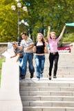 Studenten het lopen Stock Foto's
