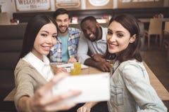 Studenten im Café studieren zusammen Bildungskonzept Lizenzfreies Stockfoto