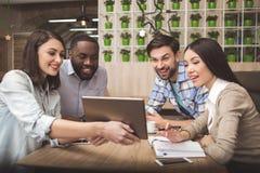 Studenten im Café studieren zusammen Bildungskonzept Stockbild