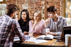 Studenten im Café studieren zusammen getrennte alte Bücher Lizenzfreie Stockbilder