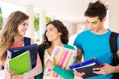 Studenten im Campus Stockbild