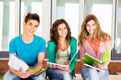 Studenten im Campus Lizenzfreies Stockbild