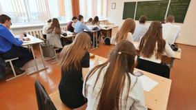 Studenten im Klassenzimmer sind an ihren Schreibtischen Russische Schule Lizenzfreie Stockfotos