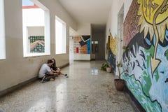 Studenten im Korridor Art School San Alejandro Havana Stockbild