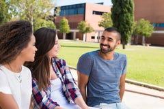 Studenten im Schulcampus lizenzfreie stockbilder