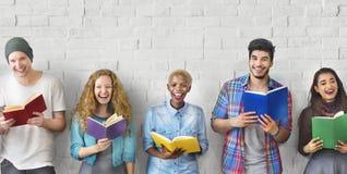 Studenten-Jugend-erwachsenes Lesebildungs-Wissens-Konzept stockfotos