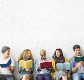 Studenten-Jugend-erwachsenes Lesebildungs-Wissens-Konzept Lizenzfreies Stockbild