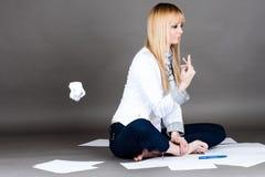 Studenten kastar ett bortskämt papper Arkivfoto
