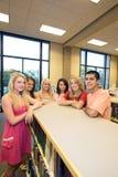 Studenten in Klasse stock afbeeldingen