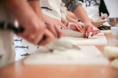 Studenten lernen, Zwiebel zu schneiden Stockbild