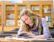 Studenten läser boken Royaltyfria Foton