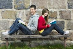 Studenten met boek Stock Fotografie