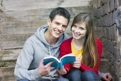 Studenten met boek Stock Afbeeldingen