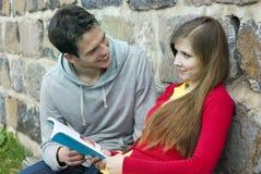 Studenten met boek Stock Foto's